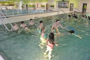 Wir Zweitklässler gehen einmal in der Woche zum Schwimmen.