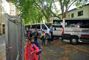 Wir kommen mit den Bussen an der Schule an
